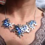 organisk-blåt-sølv-halssmykke- glasemalje